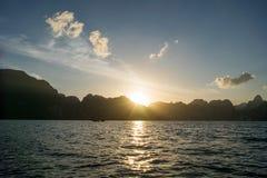 Sun-Anstieg hinter Berg Lizenzfreies Stockbild