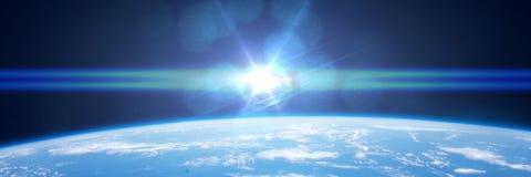 The Sun aparece sobre o horizonte da terra do planeta Imagem de Stock