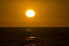 Sun arancio luminoso sopra l'oceano Fotografia Stock