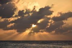 Sun atrás das nuvens Fotos de Stock Royalty Free