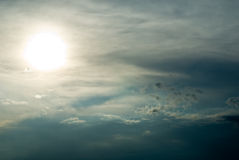Sun atrás das nuvens Imagens de Stock Royalty Free