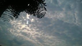 Sun atrás das nuvens Imagem de Stock Royalty Free