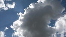 Sun atrás das nuvens, movimento da esquerda para a direita vídeos de arquivo
