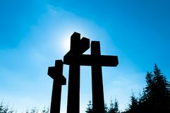 Sun atrás de três cruzes católicas fotografia de stock royalty free