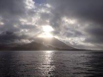 Sun através das nuvens no dia tormentoso Imagens de Stock