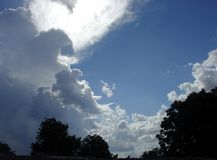Sun atrás das nuvens Fotografia de Stock Royalty Free