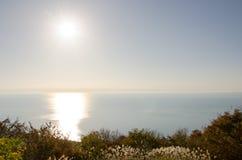 Sun atteignant sur l'horizon photo stock