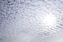 Sun attraverso il cielo nuvoloso Fotografia Stock Libera da Diritti