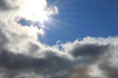 Sun attraverso le nubi Fotografia Stock Libera da Diritti