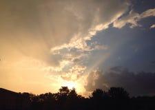 Sun attraverso le nuvole fotografia stock libera da diritti