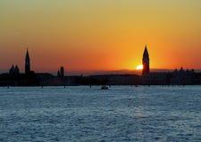 Sun au COUCHER DU SOLEIL À VENISE en l'Italie et campanile de St Mark images libres de droits