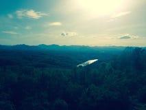 Sun au-dessus d'une vallée de montagne Image stock
