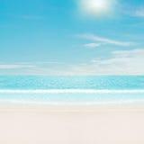 Sun au-dessus de plage tropicale Photos libres de droits