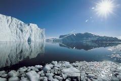Sun au-dessus des icebergs et de l'océan Photo stock