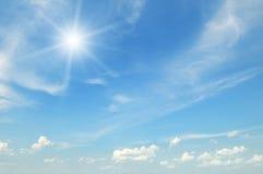 Sun auf blauem Himmel Stockfotos
