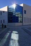 Sun auf Fenstern des modernen Bürohauses Lizenzfreies Stockfoto