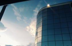 Sun auf Gebäude stockfotos