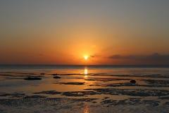 Sun auf Ufer nach Sturm lizenzfreie stockbilder