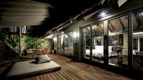 Sun-Aufenthaltsraum draußen durch das Poollandhaus stockfoto