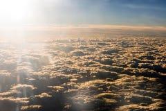 Sun-Aufflackern über einer dichten Schicht der Wolke lizenzfreies stockfoto