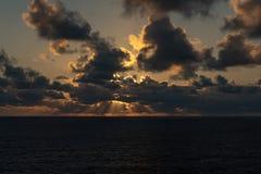 Sun aumenta hacia fuera en el mar imagen de archivo libre de regalías