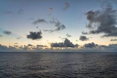 Sun aumenta hacia fuera en el mar fotos de archivo libres de regalías