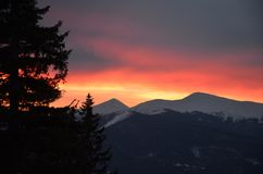 Sun aumenta nas montagens de Carpathians fotos de stock royalty free