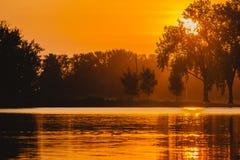 The Sun aumenta sobre o lago em Des Moines, Iowa gray imagens de stock