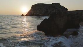 Sun aumenta sobre o mar de Azov na praia dos generais Parque regional da paisagem de Karalar em Crimeia vídeos de arquivo