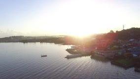 Sun aumenta sobre os pagamentos litorais construídos ao longo da costa do lago Antena do zangão filme