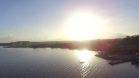 Sun aumenta sobre os pagamentos litorais construídos ao longo da costa do lago Antena do zangão video estoque
