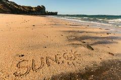 Sun avec le smiley écrit en sable Images stock