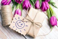 Sun avec le visage et le bouquet heureux des tulipes Photos libres de droits