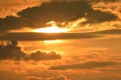 Sun bak ett moln Royaltyfri Bild