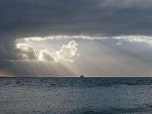 Sun bak oklarheterna på havet Royaltyfri Fotografi