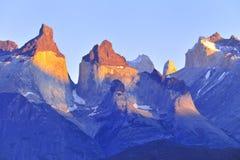 Sun beleuchtete an den patagonian Bergen Stockfotografie