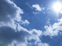 Sun belichtet die Wolken Stockbild