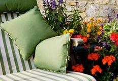 Sun-Bett mit Blumen Lizenzfreie Stockfotografie