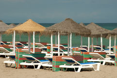 Sun-Betten auf dem Strand Lizenzfreie Stockfotografie