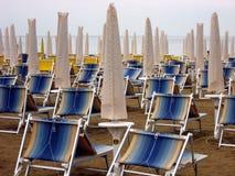 Sun-Betten und Regenschirme geschlossen Stockbilder