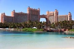Sun, blauer Himmel und geschwollene Wolken in Atlantis-Hotel, Paradies-Insel, Bahamas Lizenzfreie Stockfotos