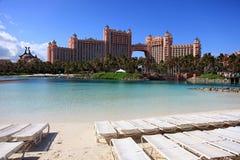 Sun, blauer Himmel und geschwollene Wolken in Atlantis-Hotel, Paradies-Insel, Bahamas Stockbilder