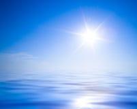 Sun, blauer Himmel und Ozean Lizenzfreie Stockfotografie