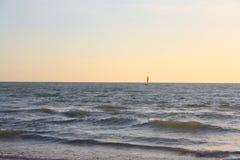 Sun-Boot sailer Horizont lizenzfreie stockfotografie