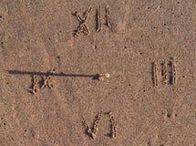 Sun-Borduhr auf Sand Stockfoto
