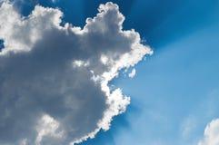 Sun-Brüche durch Wolke lizenzfreie stockfotografie