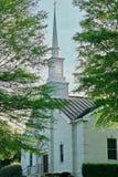 Sun brilha através da torre da igreja Imagens de Stock