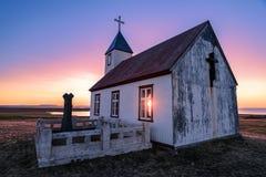 Sun brilla a través de iglesia en la puesta del sol en Islandia Imágenes de archivo libres de regalías