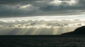 Sun brillant au-dessus de l'océan banque de vidéos