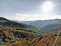 Sun brillant au-dessus de la vallée dans le jour ensoleillé d'automne photographie stock